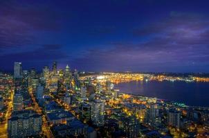 de skyline van downtown seattle 's nachts