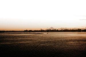 kalm zeegezicht bij zonsondergang in de zomer