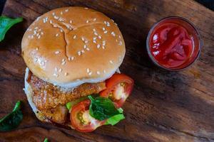 hamburger met tomaten
