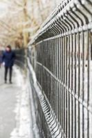 bevroren metalen hek op straat