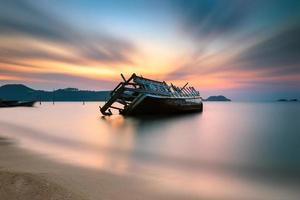 het schip kapseisde zonsopgang phuket thailand foto