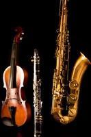 muziek sax tenorsaxofoon viool en klarinet in het zwart foto