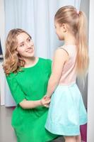 jonge vrouw gaat winkelen met haar dochter foto