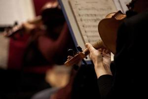 fragment van een viool in de handen van een muzikant foto