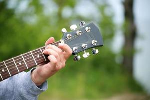 jongens hand met een gitaar