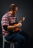 portret van muzikant met mandoline