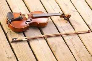 viool op houten pier. muziek concept foto