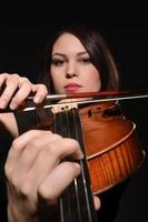 muzikant speelt viool geïsoleerd op zwart foto
