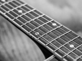 close-up van een akoestische gitaar fretboard
