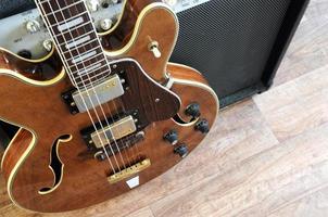 vintage gitaar en versterker foto