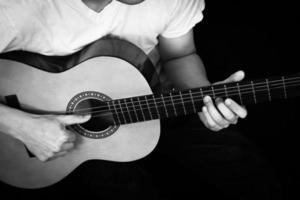 Aziatische muzikant speelt akoestische gitaar foto