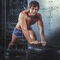 sportvrouw. fitte sportieve man rusten na het oefenen van push-ups op foto