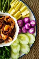 saus van garnalenpasta en chili met verse groenten