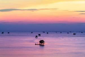 krateng mai pai (bamboehut) bij zonsopgangstrand, bang tabun foto