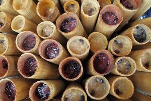 kleefrijst geroosterd in bamboe gewrichten, khaolam, thais eten