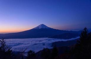oever van het meer van kawaguchi en mt.fuji bij zonsopgang