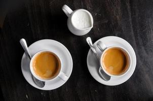 twee koffiekopjes op tafel in café