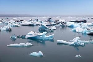 blauwe ijsbergen drijvend in jokulsarlon glaciale lagook, ijsland