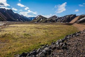 groene ryolietbergen omringen de vallei