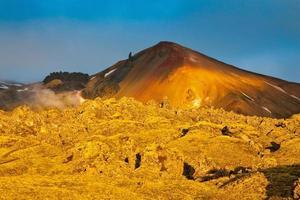bergen en verharde lava verlichtten de hete ochtendzon