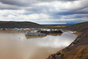 ijs bedekt met vulkanische as