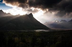 paisaje de montaña en ushuaia argentina en atardecer
