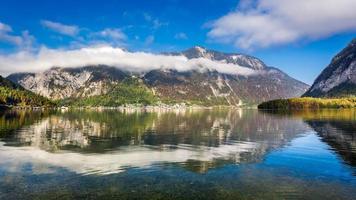 alpen weerspiegelen in de spiegel van het meer
