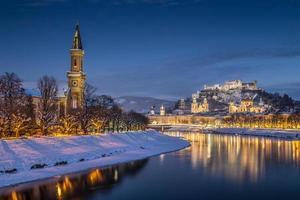 historische stad salzburg in de winter in de schemering, oostenrijk