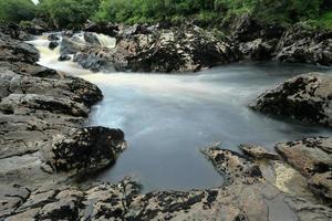 die wasserfälle vom glen rivier in ierland foto