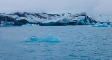 mooi levendig beeld van ijslandse gletsjer en gletsjerlagune met