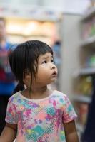 klein meisje in de winkel foto