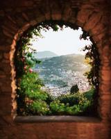 uitzicht op de stad door boog foto