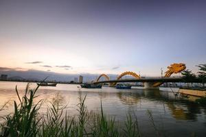 zonsondergang op dragon bridge-danang foto