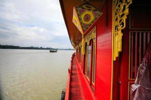 toeristenboot op de rivier-hue vietnam