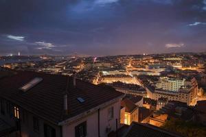 Lissabon stad 's nachts van bovenaf
