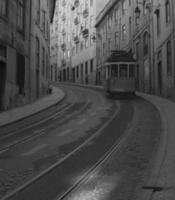 de tram in Lissabon rijst op bij de stadsheuvel