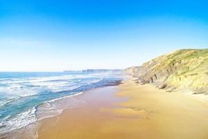 antenne van praia vale figueiras aan de westkust in portugal