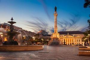 dom pedro iv square (ook bekend als rossio) in de schemering foto