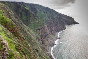 uitzicht op de prachtige bergen en de oceaan van het eiland madeira, portugal