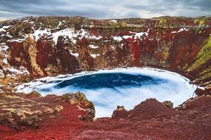 blauwe meer rode vulkaan