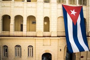 Cubaanse vlag op koloniaal gebouw in havana, cuba