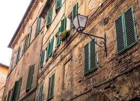 middeleeuwse straat en oude huizen in Siena, Italië