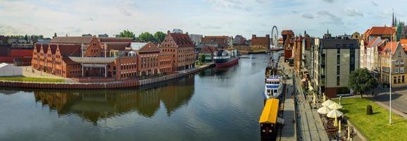 de rivieroever met de karakteristieke promenade van gdansk, polen.