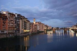 Firenze - oude stad, uitzicht vanaf de Ponte Vecchio foto