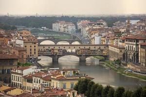 uitzicht op de prachtige stad florence met de ponte vecchio-brug foto