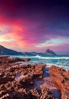 dramatische winderige zonsondergang op de monte cofano-kaap foto