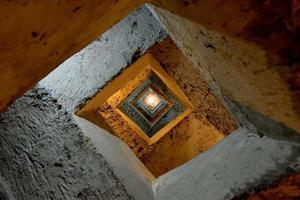 trap naar ondergrondse griekse aquaduct kleur