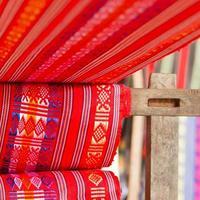 handgemaakte zijde-textielindustrie, sjaal op een oude machine