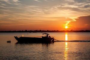 zonsopgang op de rivier met enkele boot