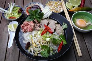 een schotel met pho, vietnamese rijstnoedels